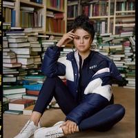 Selena Gomez Pumában olvas?