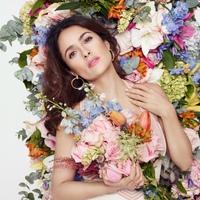 Salma Hayek virágok közt