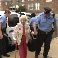 A 102 éves nénit letartóztatták és még örült is neki