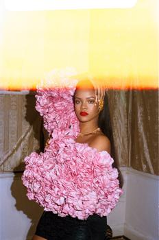 Rihanna haute couture ruhákban a garázsban
