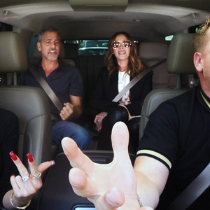 Gwen Stefani, Julia Roberts és George Clooney egy autóban énekel!