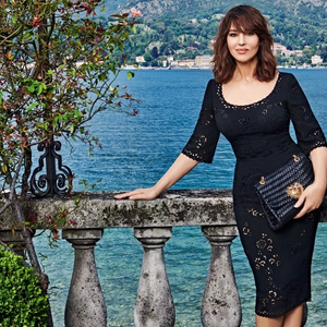 Monica Bellucci  Dolce táskával múlatja az időt