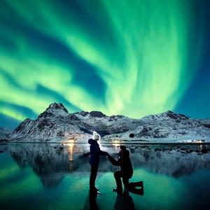 Leánykérés a sarki fények alatt: romantika a köbön!
