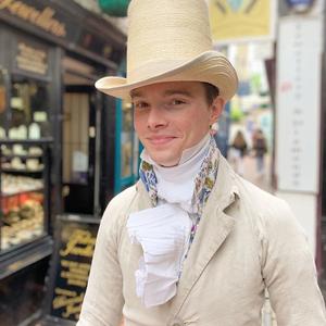 A fiú, aki csak XIX. századi ruhákat visel - és semmi modernet
