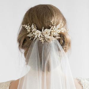 Virágok vs. ékszerek: mit kérnél a hajadba az esküvőre?