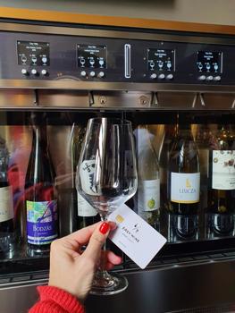Vééégre egy hely, ahol automatából jön a bor!