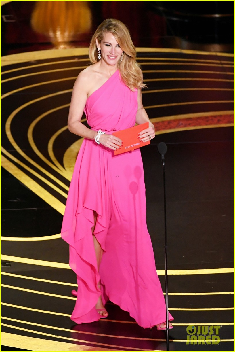 julia-roberts-wows-in-pink-dress-while-presenting-at-oscars-2019-07.jpg