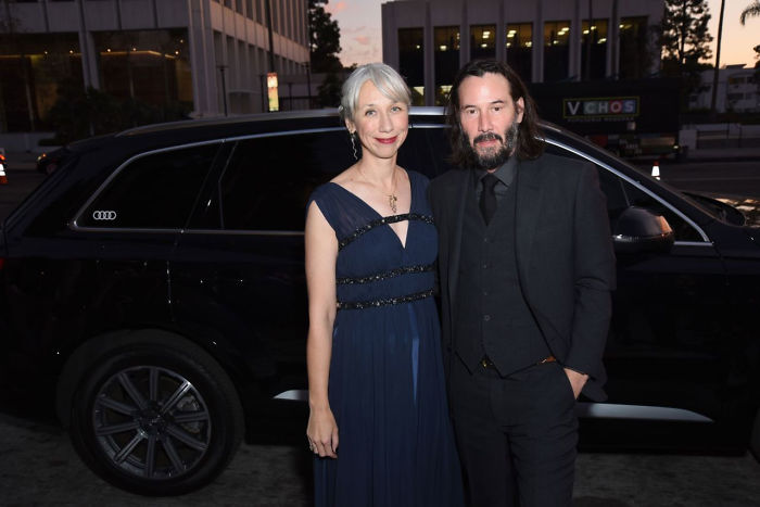 keanu-reeves-alexandra-grant-holding-hands-public-5dc12937a69ab_700.jpg