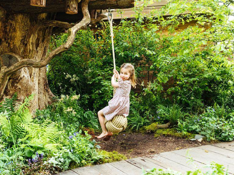 princess-charlotte-kate-middleton-garden-chelsea-flower-show-1558305266.jpg