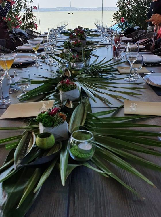Ilyen egy asztal, ami a Balaton partján áll gyakorlatilag, így rendezvényekre is szuper helyszín lehet.