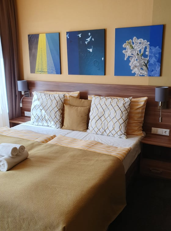 Nagyon jó színei vannak a szobáknak a hotel részen!
