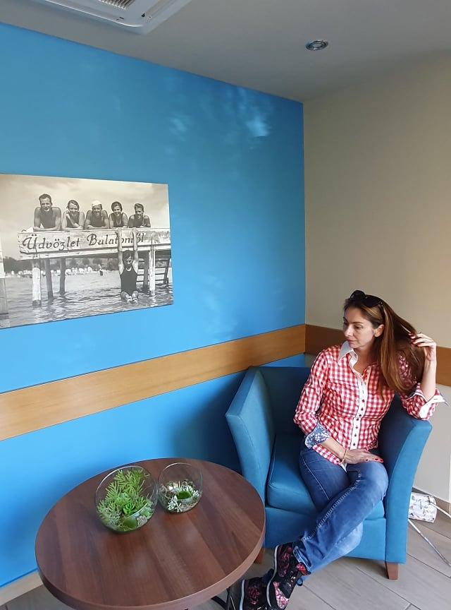 Régi képek a falakon, bambuláshoz kiváló a környezet!