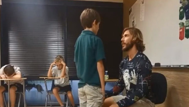 10 perc dicsérettel kezdi a napot a világ leglelkesebb tanára