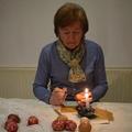 Rózsa Györgyné Terike Népi Iparművész kezei alatt hímes tojások nyílnak