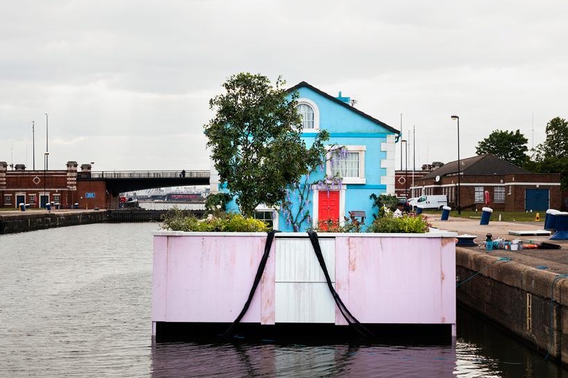 airbnb-floating-house-river-thames-london-designboom-09.jpg