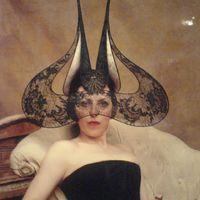 Isabella Blow kiállítás - az excentrikus múzsa ruháiból rendeznek kiállítást Londonban