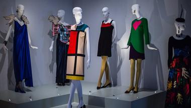 Megnyílt az első Yves Saint Laurent kiállítás Nagy-Britanniában