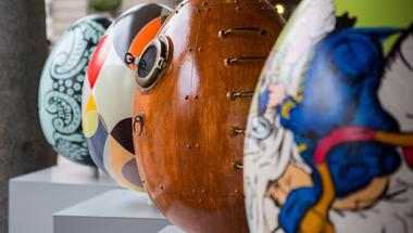 Húsvéti tobzódás Londonban - óriás tojásszobrok, pápanyalóka és csokivadászat