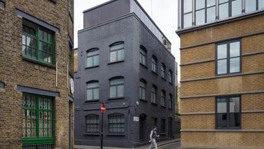 Eladó fekete ház Londonban!
