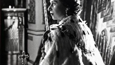 II. Erzsébet királynő koronázási fotója közel 10 millió forintért megvásárolható