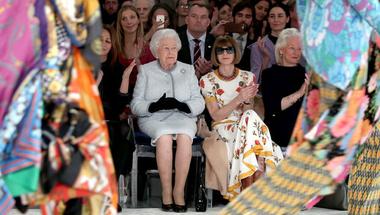 II. Erzsébet királynő a London Fashion Week meglepetés vendége volt