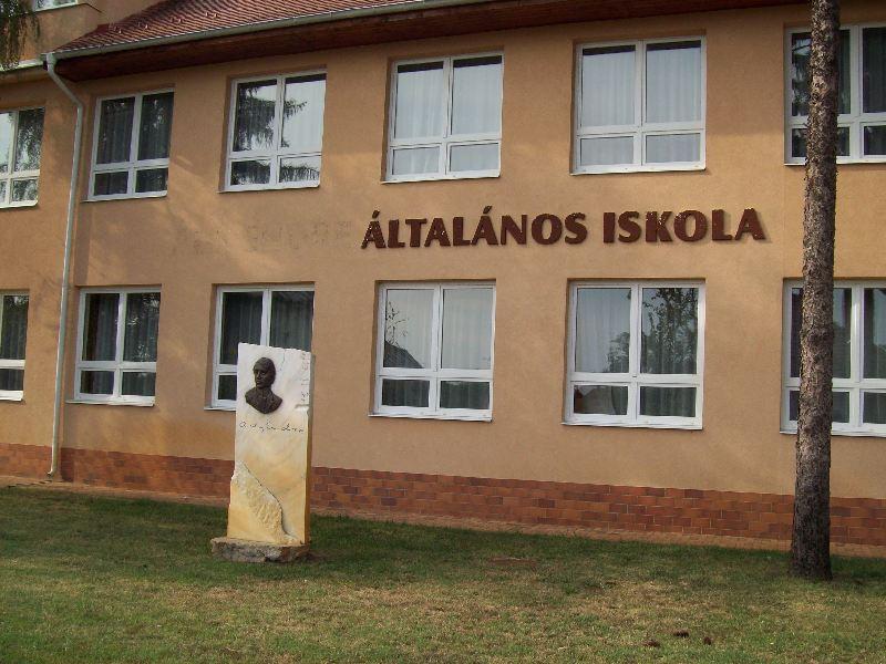 20140907 073 Nyíracsád Ady Endre általános iskola.jpg
