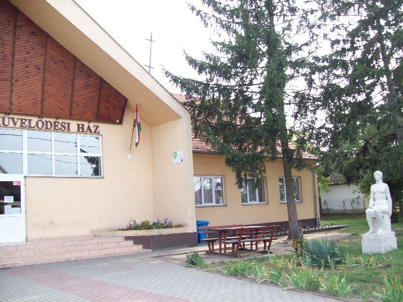 20140907 081 Nyíracsád Ligetalja művelődési ház.jpg