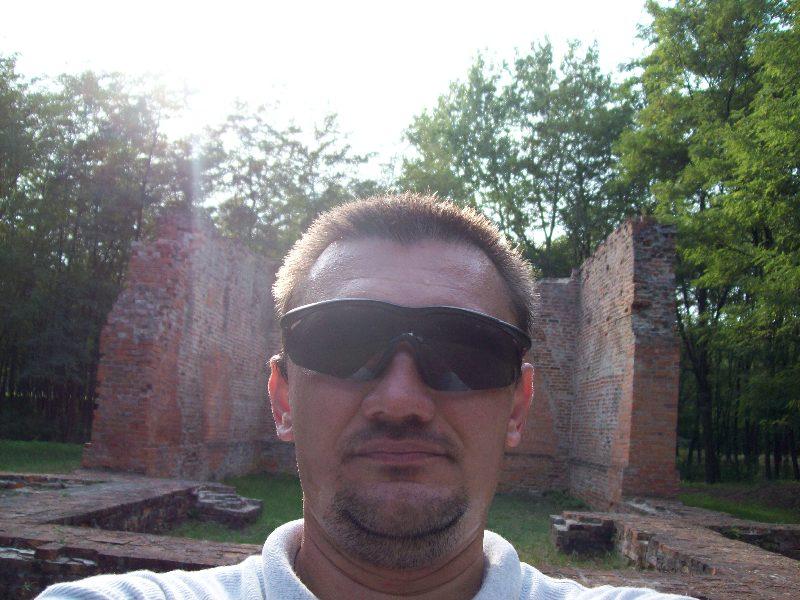 20140907 111 Szelfi a romnál előlröl.jpg