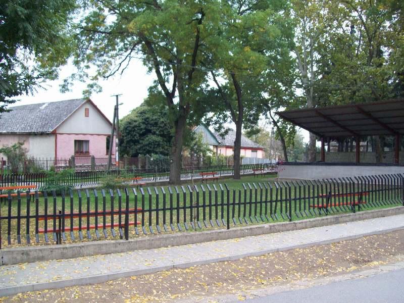 20141007 082 Penészlek park a templom mellett.jpg