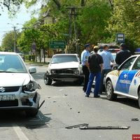 Rendőrautó is sérült a hármas karambolban