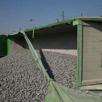 Kővel rakott teherautó borult a XI. kerületben