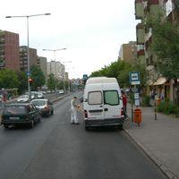 Buszmegállóban rakodás