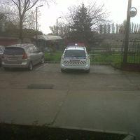 A rendőröknek sem megy a parkolás