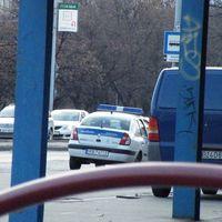 Rendőr a buszmegállóban