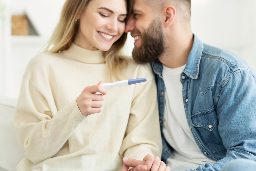 happy-couple-checking-pregnancy-test-positive-7pcfxub.jpg