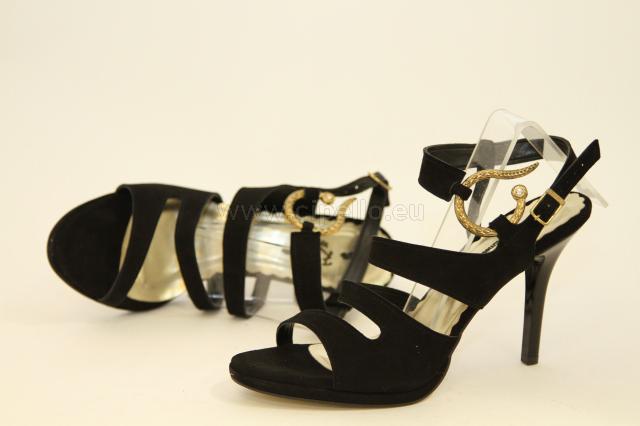 Elegáns, fekete magas sarkú női cipő.