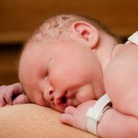 Milyen rutinbeavatkozásokat kerülhetünk el a háborítatlan szülés során?
