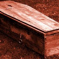 Meddig lehet húzni egy koporsóban élve eltemetve?