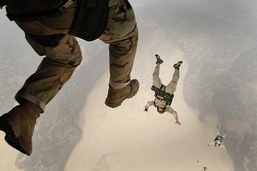 skydiving-658405_340.jpg