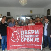 Szerbia ellenzéki erői nem engedik, hogy a kormány engedjen a nyugatnak