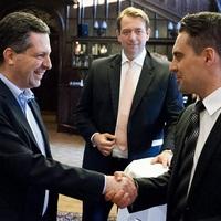 Készül a Jobbik és az LMP összeborulása - De Vona zsebében ott lapul a kés is