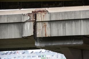 Betondarabok hullanak: életveszélyes a Flórián téri felüljáró