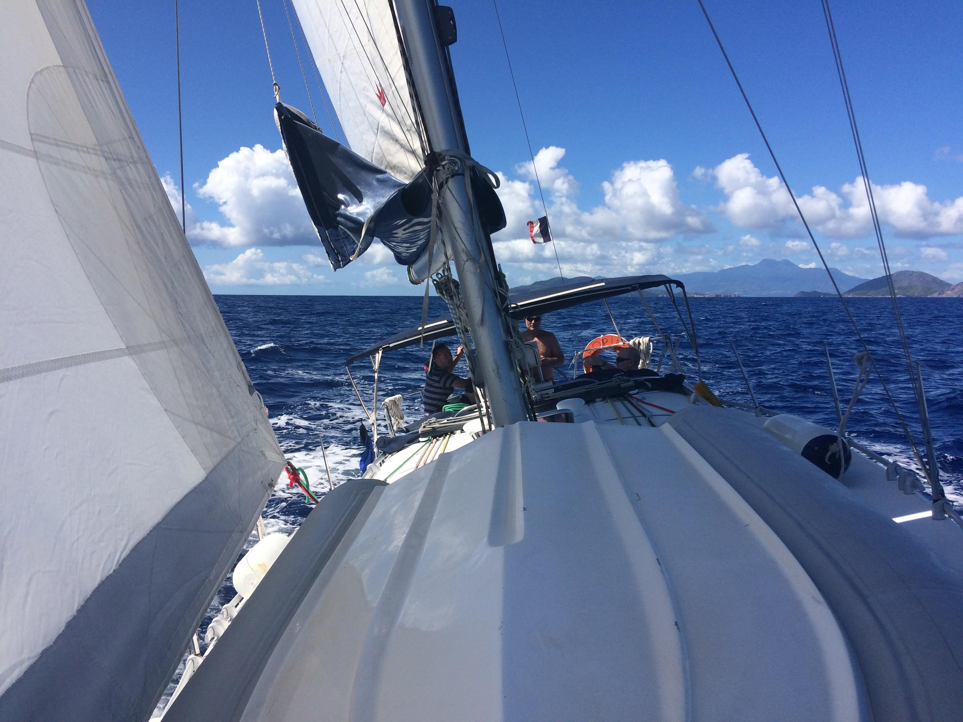 Félszeles menetben vitorlázunk Dominika sziget felé...