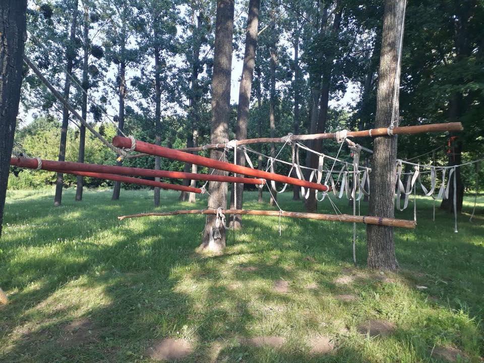 Új. Tipikus MSR akadály. Erdő kötélből, gerendából és tűzoltótömlőből. Néhány percnyi szórakozás garantált
