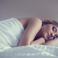 Miért rándulunk meg elalvás közben?