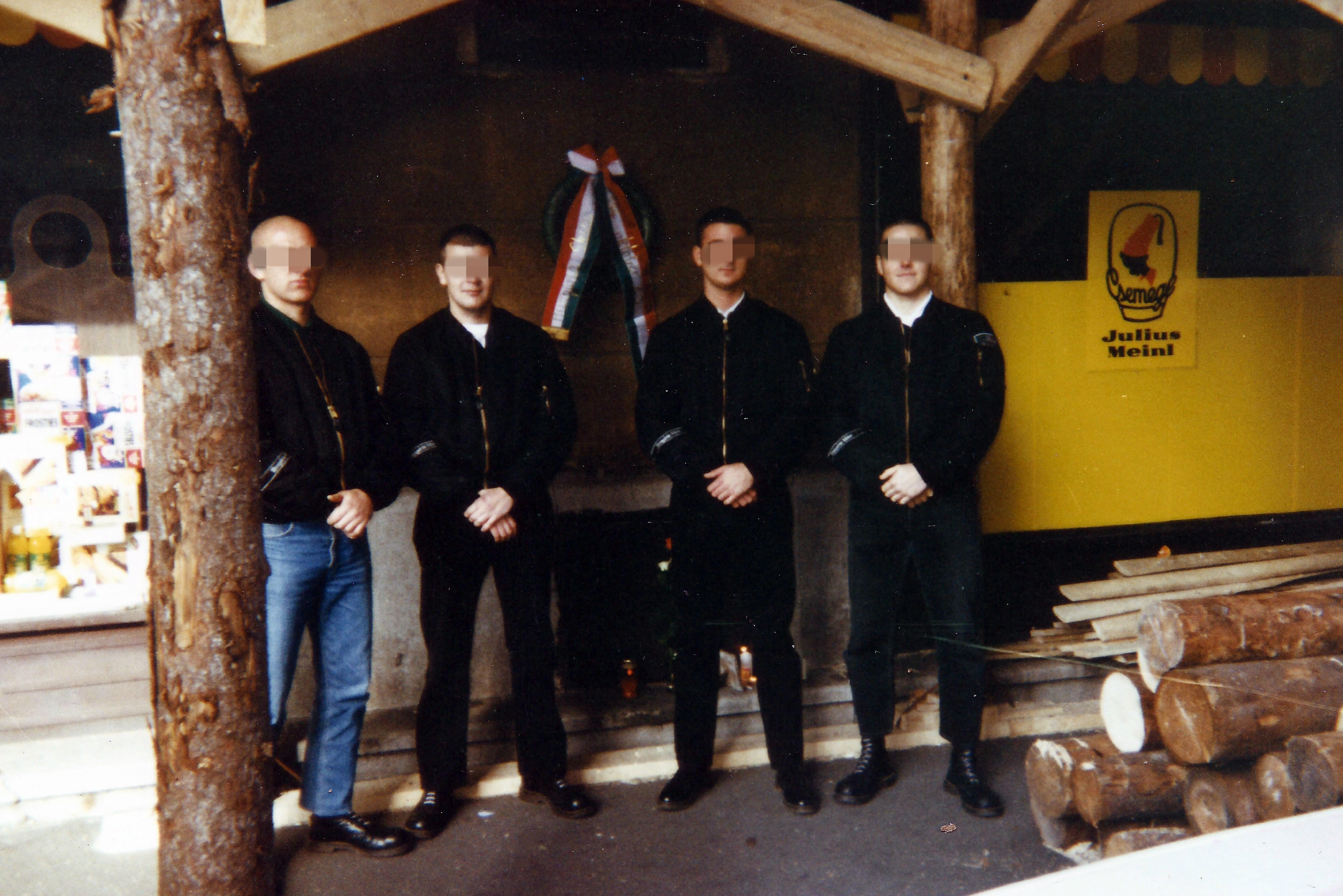 fdc52dd1a0 Az alapítótagok Balázs és Kalóz. 1994 októberében koszorúztunk először  egységesen, HS szalagos koszorúval a Corvin közben, az '56-os  szabadságharcosaink ...