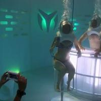 Ami most hódítja meg a netet: víz alatti klub, ahol búvársisakban bulizol!