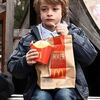 A McDonald's egy kisfiúval szól be!
