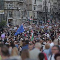 Ismét kormányellenes tüntetés zajlik most a Kossuth téren