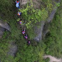 800 méteres sziklát másznak a gyerekek, hogy iskolába jussanak!